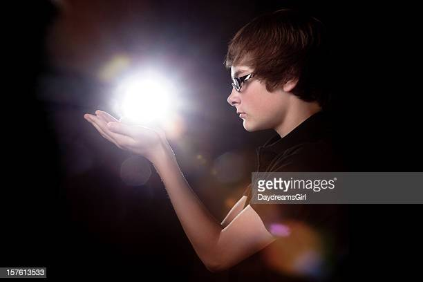 10 代の少年輝く光やエネルギーを