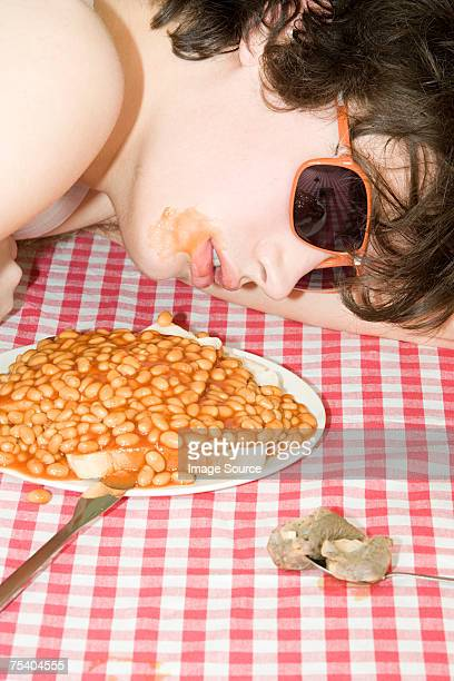 Jeune garçon dormir à proximité une assiette de haricots