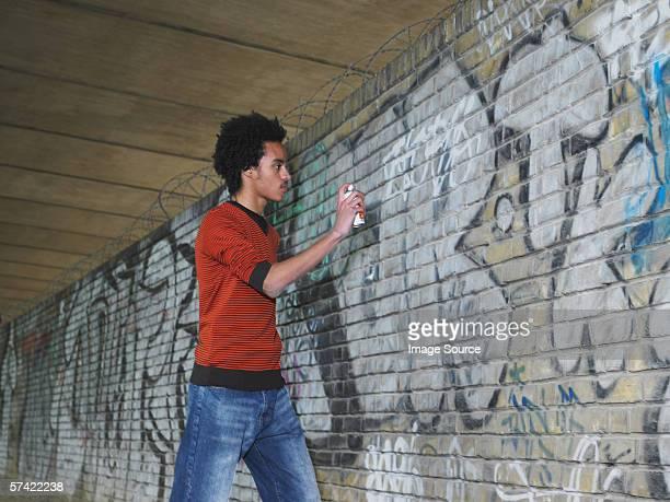 Teenage boy pulverización graffiti