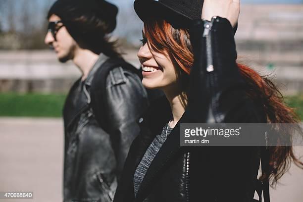 Jeune couple aller pour une promenade en plein air