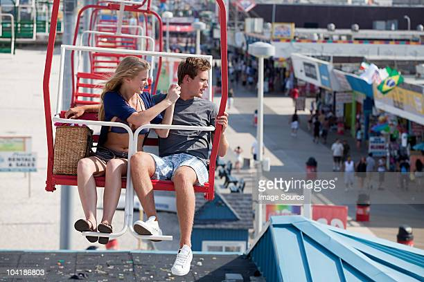 couple d'adolescents sur la grande roue