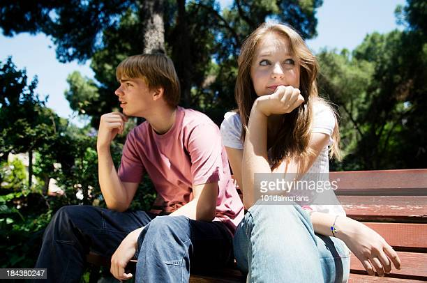 couple d'adolescents sur le banc