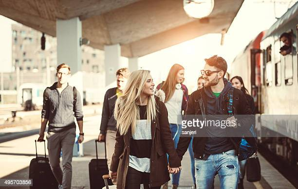 couple d'adolescents à la gare ferroviaire
