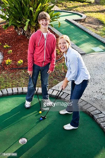 Teenager paar spielt Minigolf