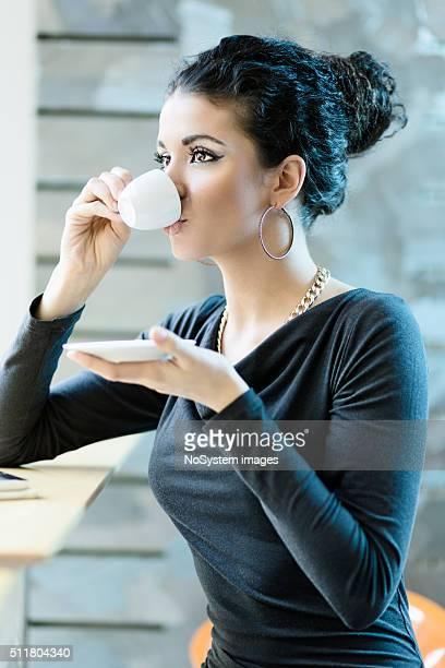 Adolescente, cheveux bouclés Femme buvant un café