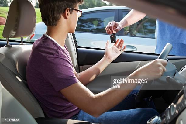 Prenant les clés de voiture jeune conducteur