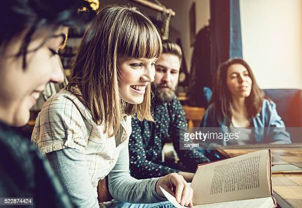 Adolescents amis dans le bar-café