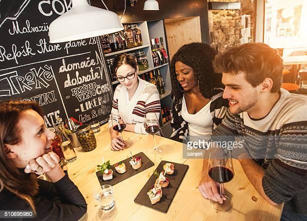 Teenage Freunde Spaß haben im Kaffee Shop