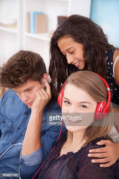 Teenage Freunde hören Sie Musik mit Kopfhörer, funktioniert wie zu Hause fühlen.