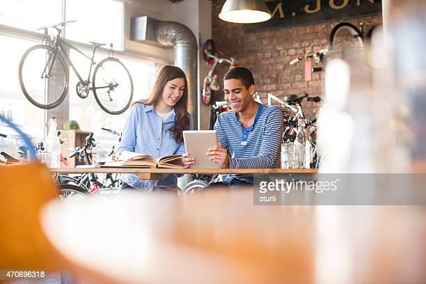 10 代の友人を勉強、コーヒーショップ