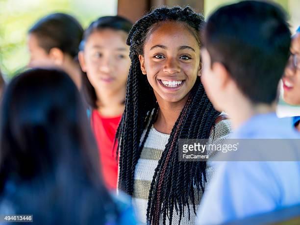 Adolescents amis discutant entre classe