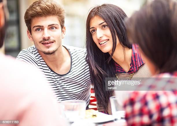 Jeunes amis dans le bar-café