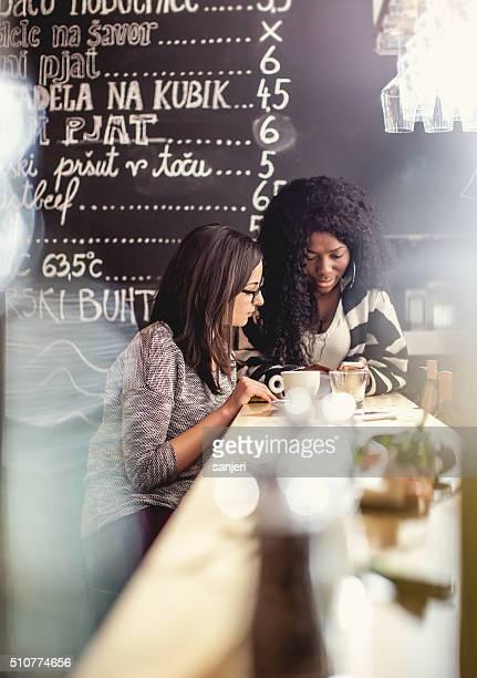 Adolescents à l'aide de smartphone en-cas au snack-bar