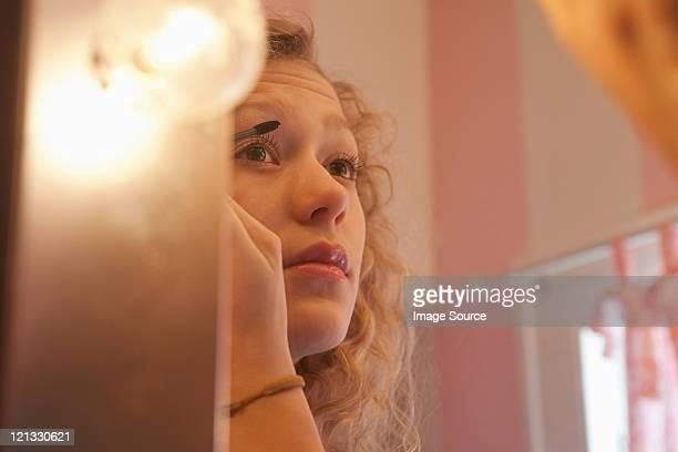 Jeune femme application de mascara dans le miroir