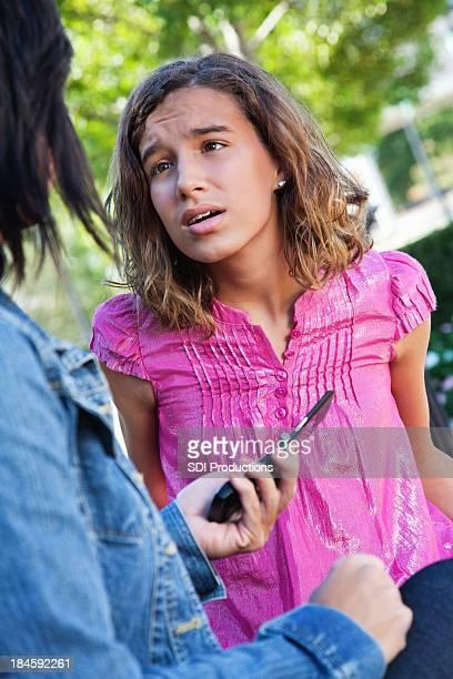Jeune fille se disputer avec sa maman plus de l'utilisation du téléphone portable