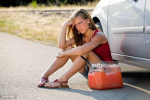 Ragazza adolescente con una ferma auto