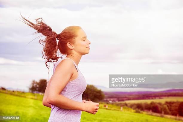 Adolescente appréciant sa liberté de l'été