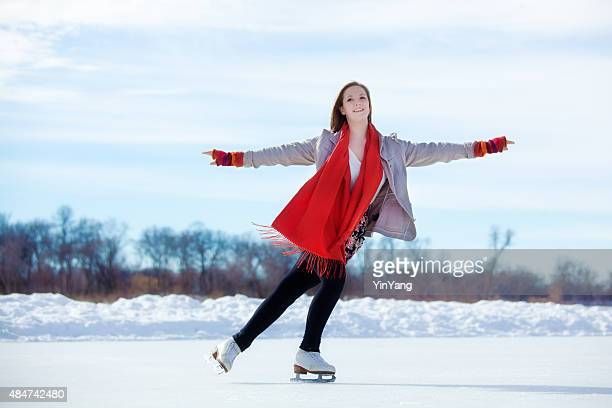 10 代の少女のフィギュアスケートアイススケートリンクで冬の湖、ミネアポリス