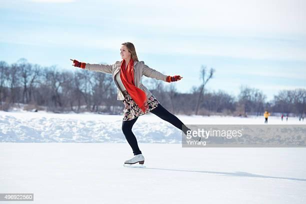 Ragazza adolescente Pattinaggio di figura sulla pista di pattinaggio sul ghiaccio Lago inverno, Minneapolis