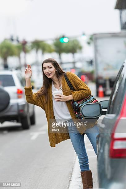 Adolescente héler un taxi
