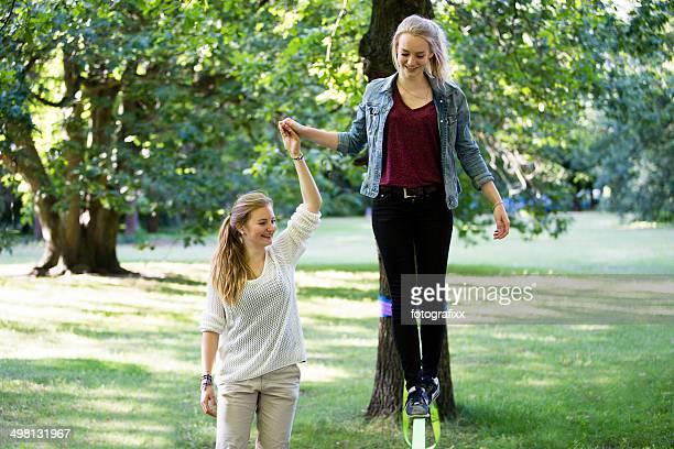 Jeune fille dans un parc en équilibre sur une lignes pointillées