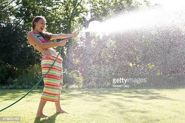 Jeune fille en maillot de bain et une serviette de plage Asperger
