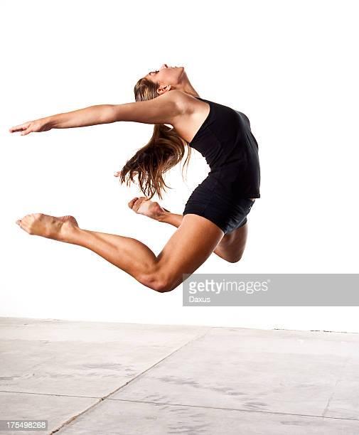 Jeune fille sauter