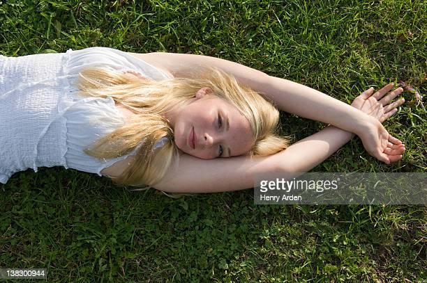 Teenager-Mädchen im Gras Bauchlage