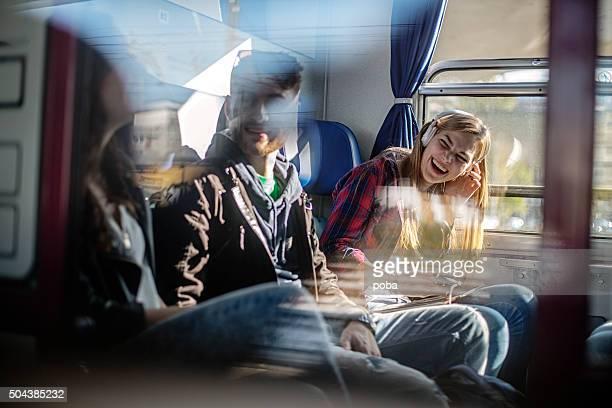 Teenager-Mädchen, die Musik auf Reisen lisening