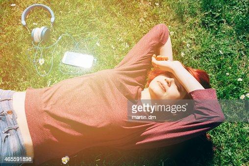 10 代の少女の草の上に横たわる