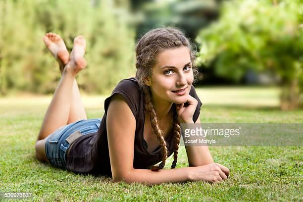Adolescente ragazza sdraiata sull'erba