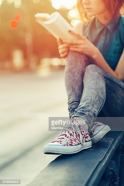 Teenager Mädchen liest ein Buch