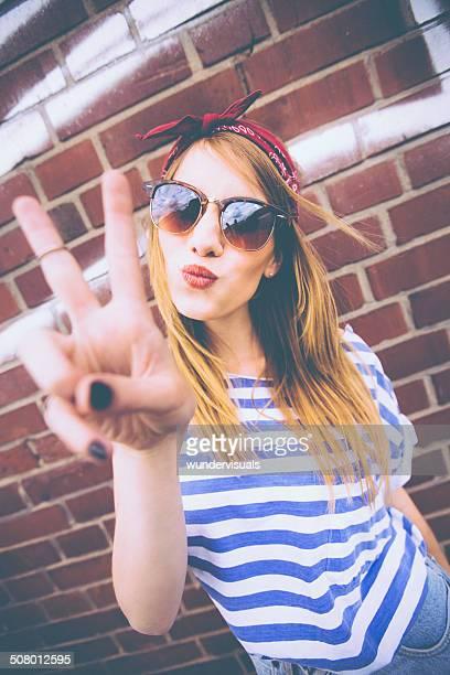 Teenager-Mädchen mit Peace-Zeichen