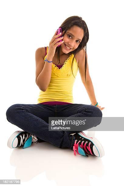 Adolescente, assis sur le sol à l'aide de téléphone portable