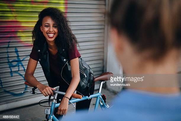 Adolescente Ragazza sorridente con qualcuno su una strada di città