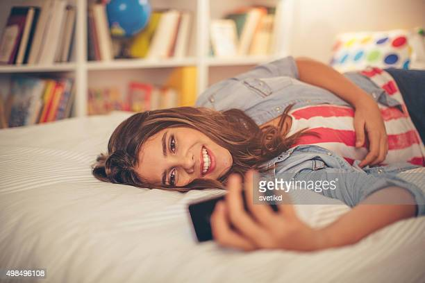 Adolescente prenant selfie.