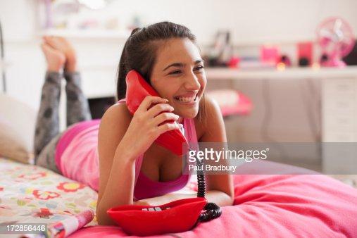 Ragazza adolescente parlando al telefono in camera da letto