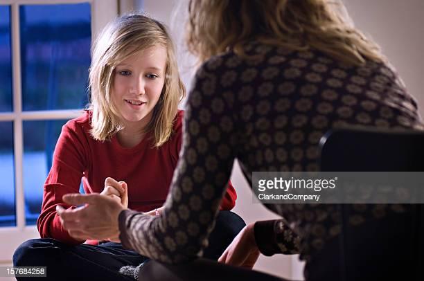 Adolescente hablando con un asesor.