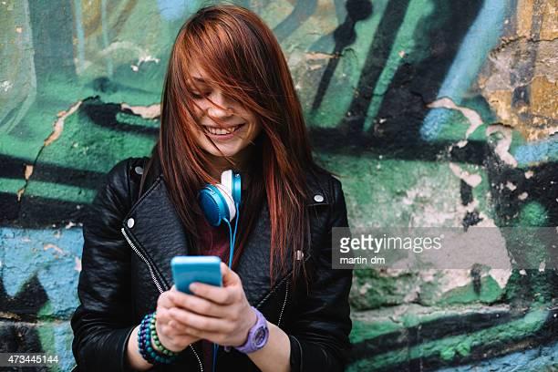 Adolescente messagerie sur téléphone intelligent à l'extérieur