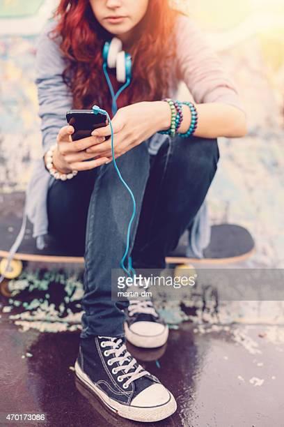 Teenager Mädchen SMS auf smartphone