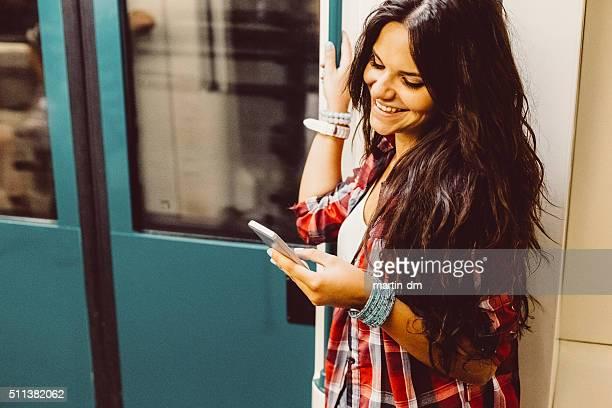 Adolescente qui voyagent en métro