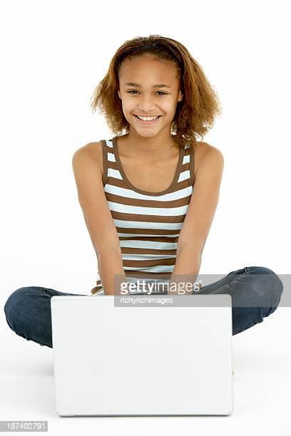 Adolescente usando computadora portátil