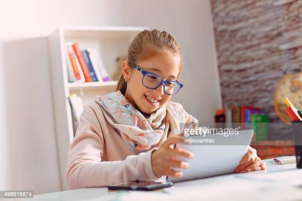Teenager-Mädchen mit Tablet-Computer