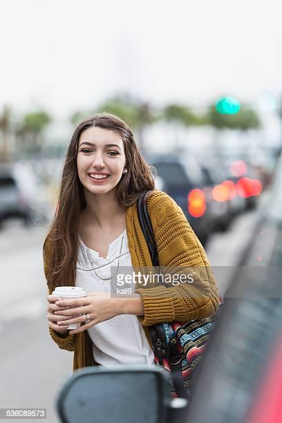 10 代の少女とコーヒーを横断 street