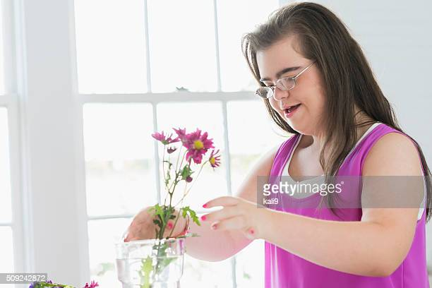 Teenager-Mädchen mit down-Syndrom arrangieren Blumen