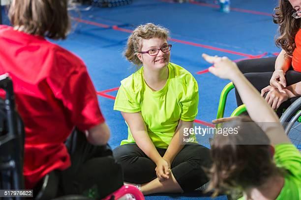 Adolescente con síndrome de abajo en clase de ejercicio