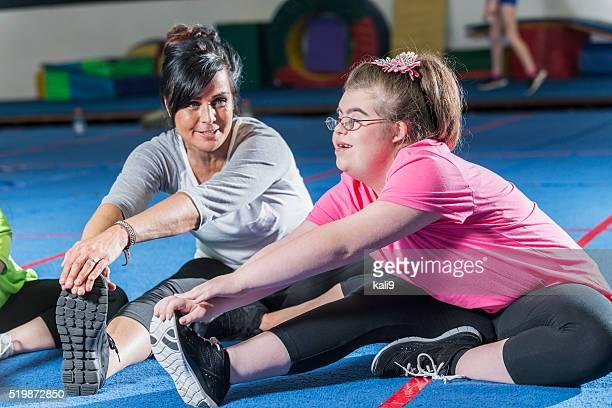 Teenager-Mädchen mit down-Syndrom im Fitnesskurs