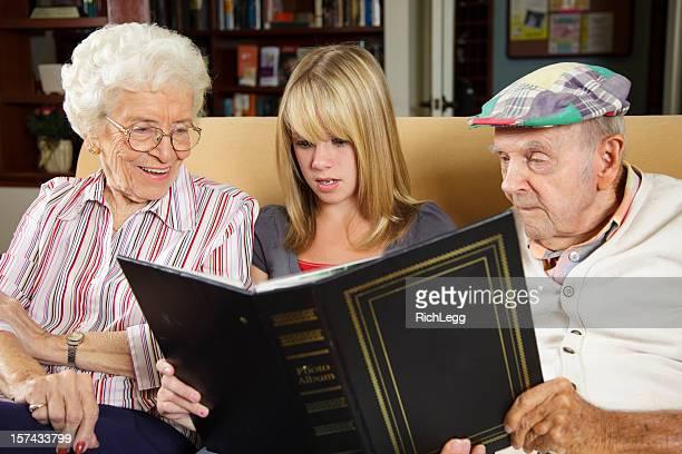 Teenager-Mädchen und Großeltern