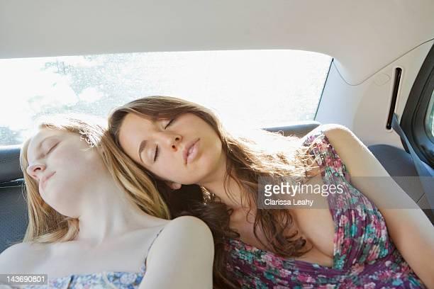 10 代の少女アスリープの車両の後部座席