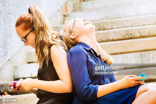 Weibliche Teenager knacken über lustiger SMS